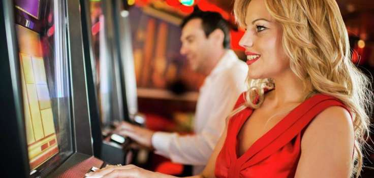 excalibur-casino-slots-woman-playing-slot-machine-cropped-tif-image-1152-550-high